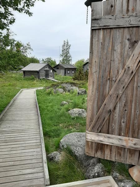Hostellijärjestön Hostellireissaaja Raija Lamminmäki-Meyer Tankarin majakkasaarella ja Majatalo Tankar Innissä.
