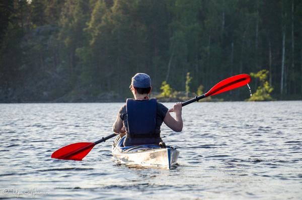 Suomen Hostellijärjestön Hostellireissaaja Upe Nykänen Linnansaaren Ekohostellissa.