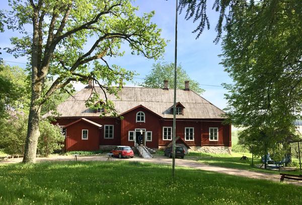 Hostellijärjestön Hostellireissaajat Helena ja Heino Ylisipola Kuusiston kartanossa.