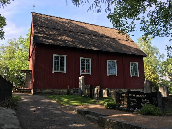 Hostellijärjestön Hostellireissaajat Helena ja Heino Ylisipola Kuusiston kirkossa.