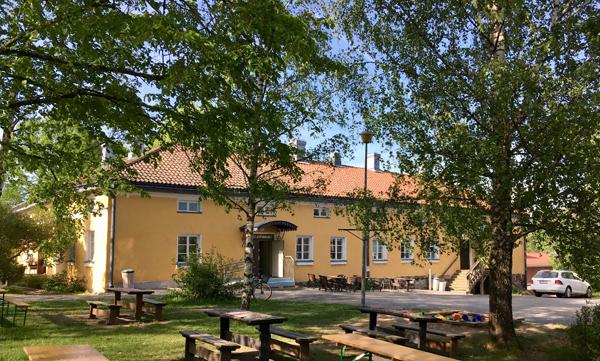 Hostellijärjestön Hostellireissaajat Helena ja Heino Ylisipola Tuorlan Majatalossa Piikkiössä.